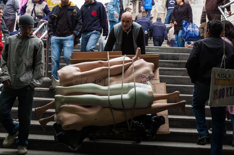 Maniquíes que llevan en Estambul imagenes de archivo