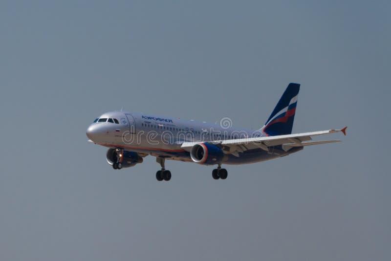 Manises, Spagna - 16 giugno 2016: Atterraggio di Aeroflot Airbus A320 all'aeroporto di Manises a Valencia, Spagna immagini stock libere da diritti
