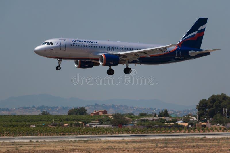 Manises, Spagna - 16 giugno 2016: Atterraggio di Aeroflot Airbus A320 all'aeroporto di Manises a Valencia, Spagna fotografia stock libera da diritti