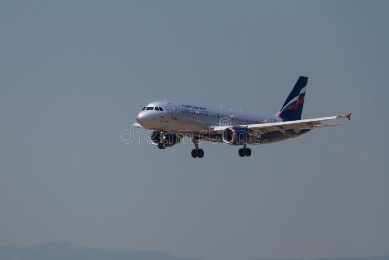 Manises Spanien - Juni 16, 2016: Landning för Aeroflot flygbuss A320 på den Manises flygplatsen i Valencia, Spanien royaltyfri foto