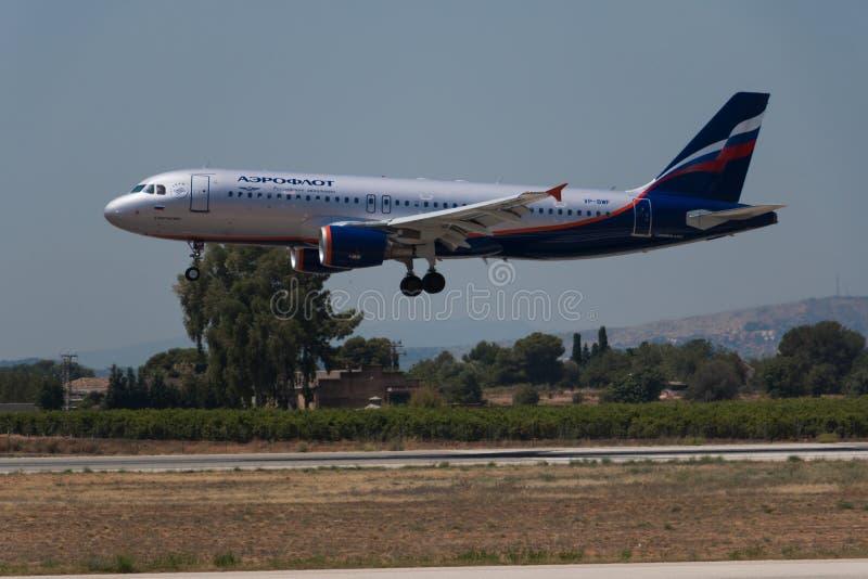 Manises Spanien - Juni 16, 2016: Landning f?r Aeroflot flygbuss A320 p? den Manises flygplatsen i Valencia, Spanien fotografering för bildbyråer