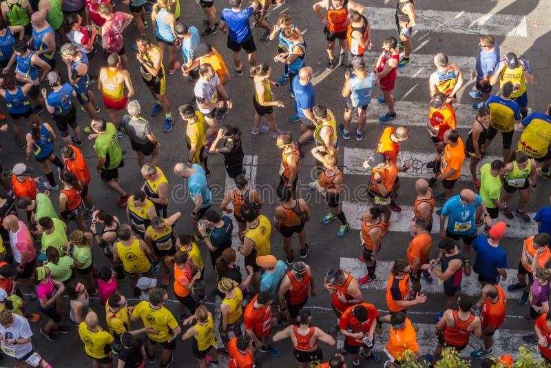 MANISES, VALENCIA/SPANJE 12 Mei, 2018 10K Manises Ras Diputació n DE Valencia ` s Kring Atleten die op het begin van Th wachten stock afbeeldingen