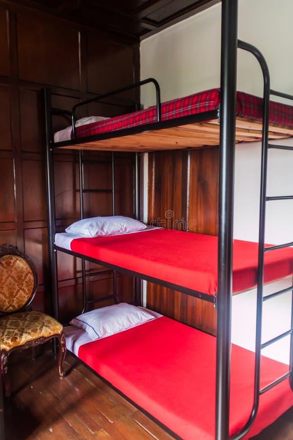 MANIZALES, KOLUMBIEN - 5. SEPTEMBER 2015: Innenraum eines Schlafsaals in Herberge Mirador Andino in Manizale stockfotografie