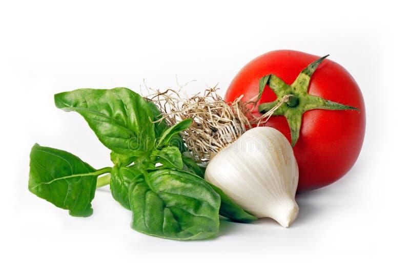 Manjericão, alho, tomate imagens de stock