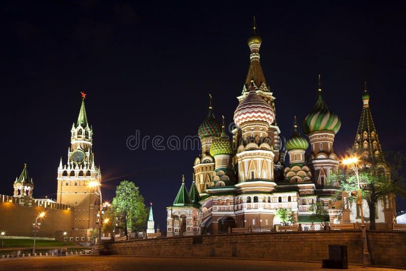 A manjericão e Spasskaya do St. da catedral da intercessão elevam-se na noite. imagens de stock royalty free