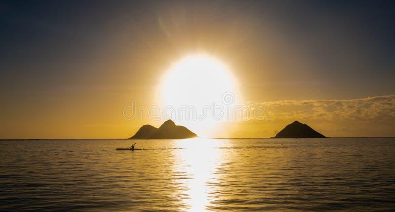 Mankajaker framme av soluppgång över Stilla havetstranden, Hawaii, USA royaltyfri fotografi