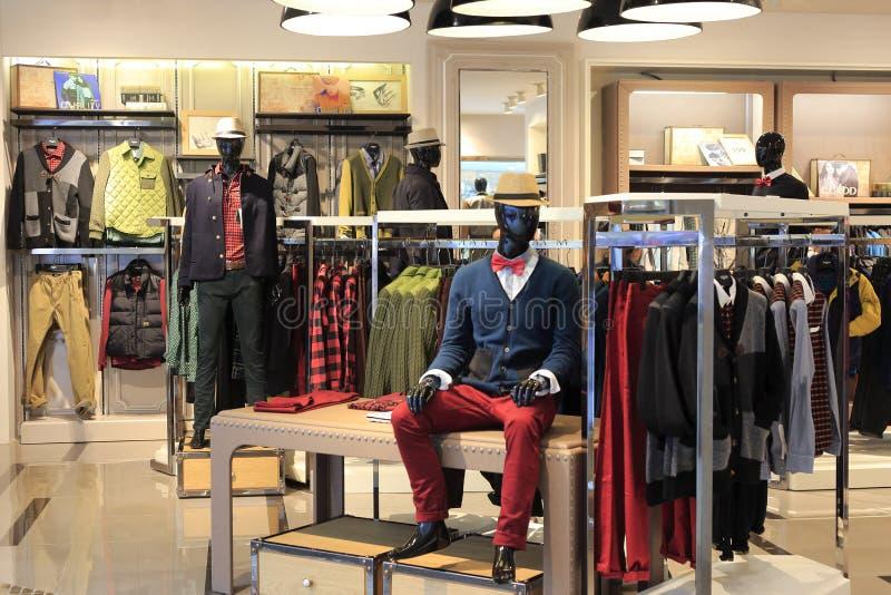 Manklädlager i tescomarknad royaltyfri foto