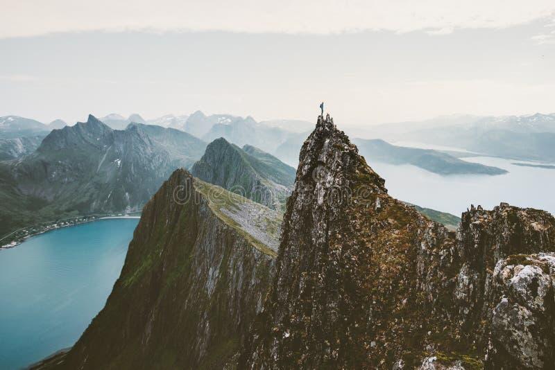 Manklättrareanseende på klippabergkanten ovanför fjorden i Norge royaltyfri foto