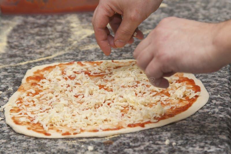 Mankock med rå pizza royaltyfri bild