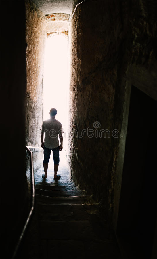 Mankontur på trappa i smal gata arkivfoto