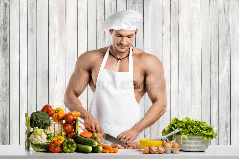 Mankroppsbyggare på kök royaltyfri fotografi