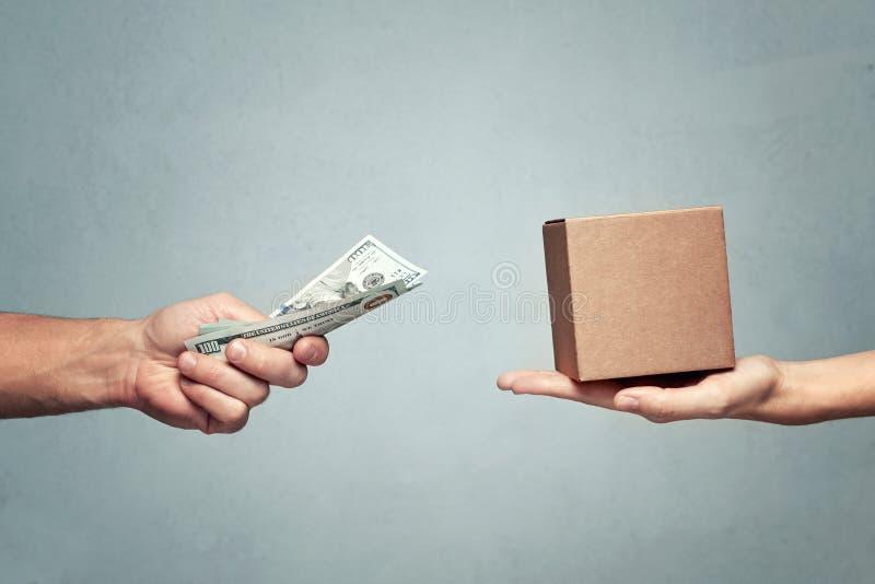 Manlönpengar för en gåvaask till kvinnan royaltyfri fotografi