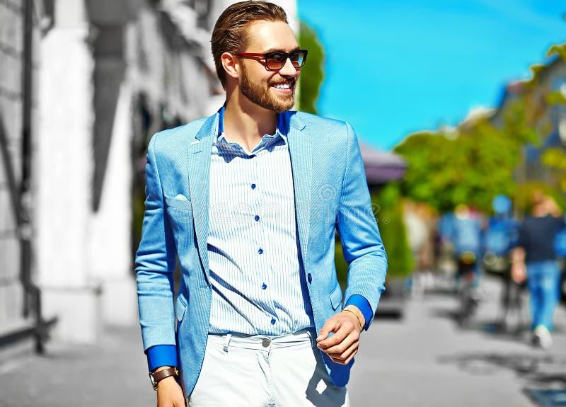 Manl considerável à moda na rua imagens de stock royalty free
