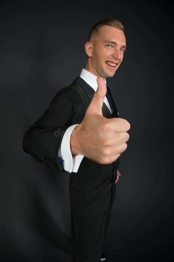 Manleendet med tummar räcker upp Brudgum eller affärsman som ler med handgest Lycklig balsaldansare i stilfull smoking Godkännand royaltyfri bild
