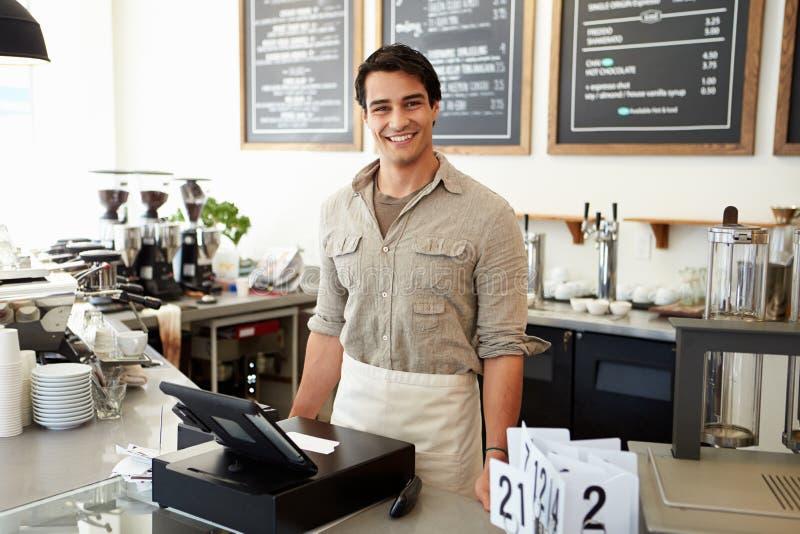 Manlig ägare av coffee shop royaltyfri foto