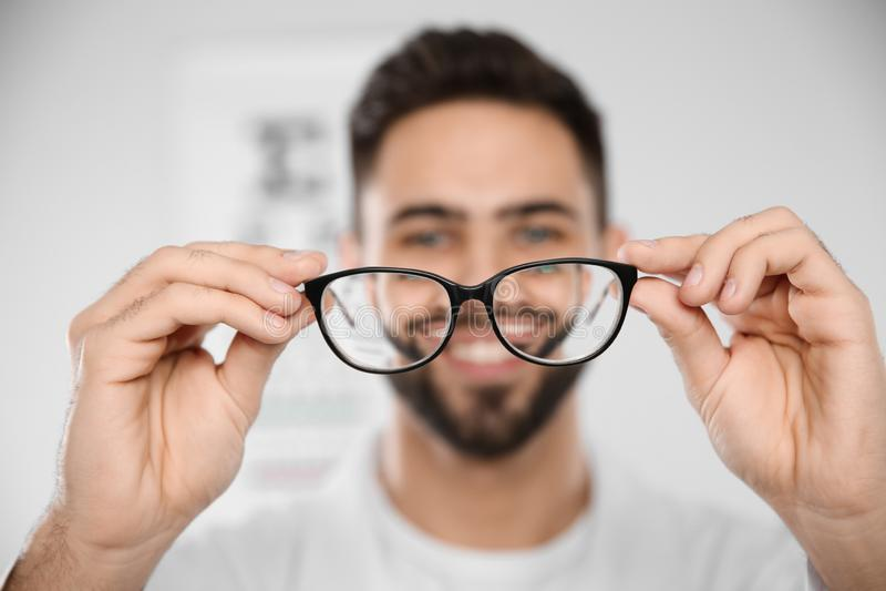 Manlig ögonläkare med glasögon i klinik royaltyfri foto