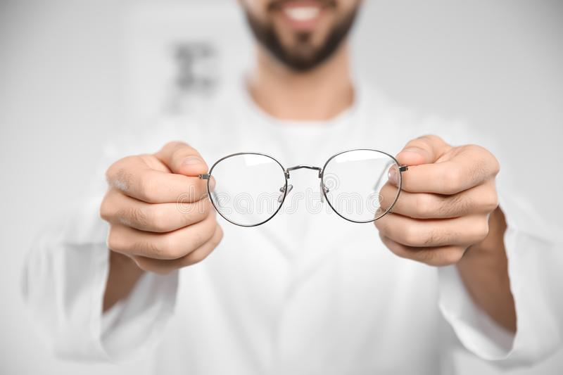 Manlig ögonläkare med glasögon i klinik royaltyfri fotografi