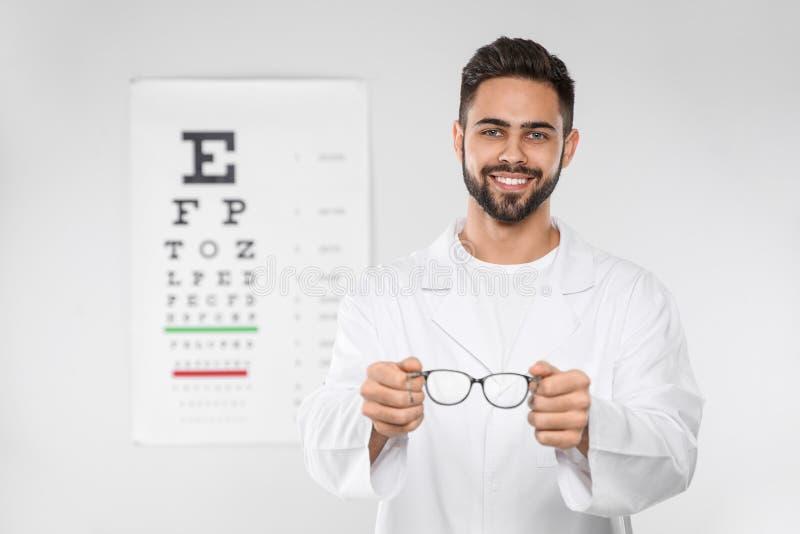 Manlig ögonläkare med glasögon i klinik royaltyfri bild