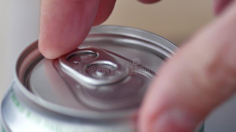 Manlig öppnande omärkt sodavatten eller ölburk royaltyfria foton