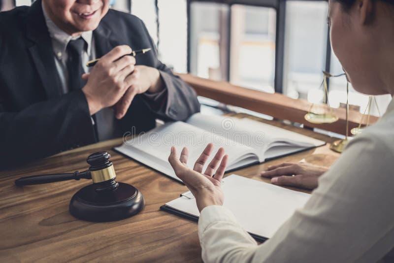 Manlig advokat eller domare att konsultera att ha lagm?te med aff?rskvinnaklienten, lag och begrepp f?r laglig service royaltyfri bild