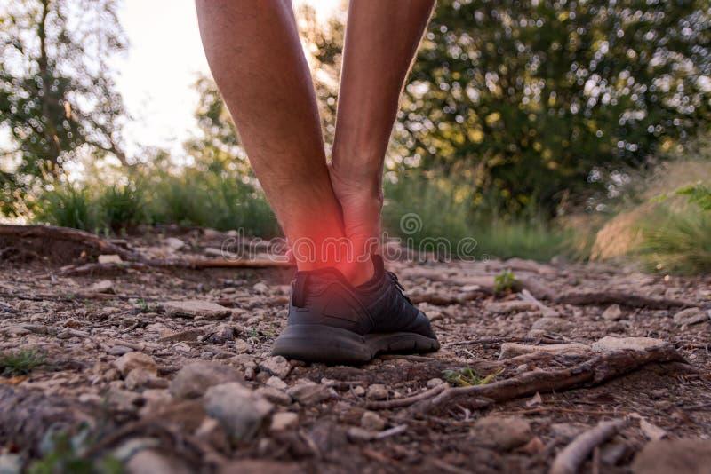 Manlig ankelskada under att jogga royaltyfri bild