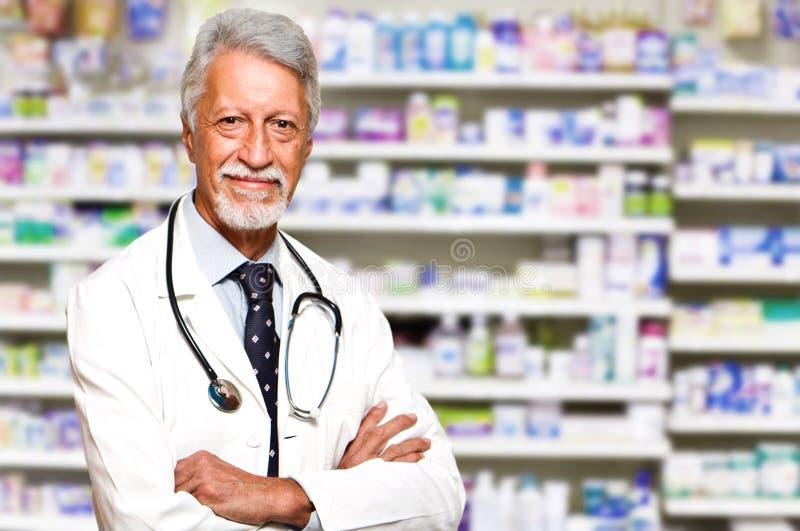manlig apotekare på apotek arkivfoton
