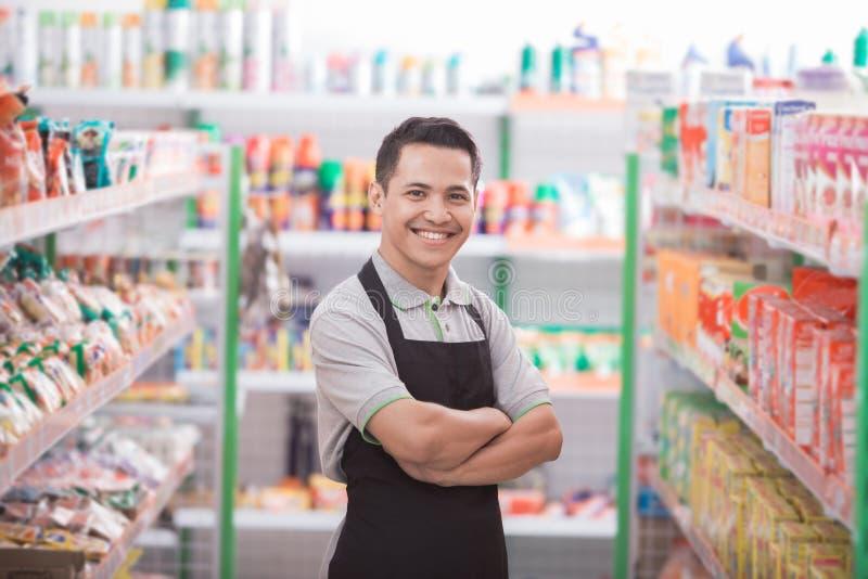 Manlig arbetare på livsmedelsbutiken arkivbilder