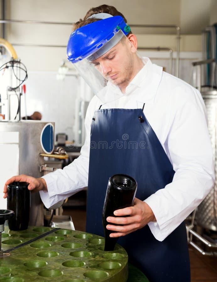 Manlig arbetare som arbetar med maskinen royaltyfri bild