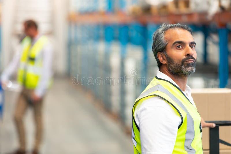 Manlig arbetare som ser bort i lager royaltyfria foton