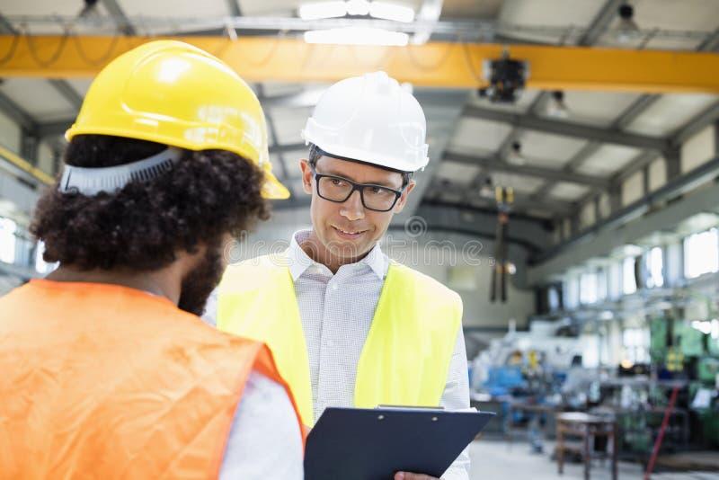 Download Manlig Arbetsledare Som Diskuterar Med Den Manuella Arbetaren I Metallbransch Arkivfoto - Bild av manuellt, sakkunskap: 78727472