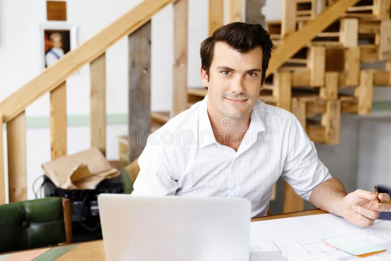 Manlig arkitekt i regeringsställning royaltyfria foton