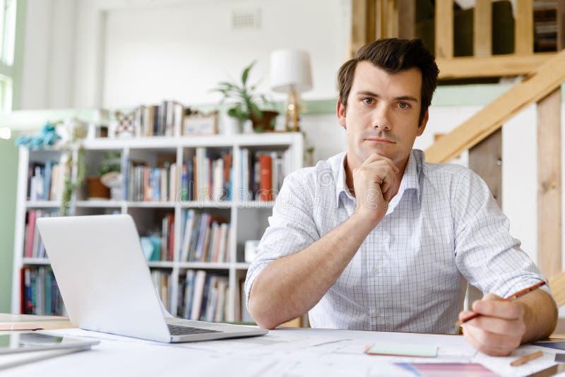 Manlig arkitekt i regeringsställning royaltyfria bilder