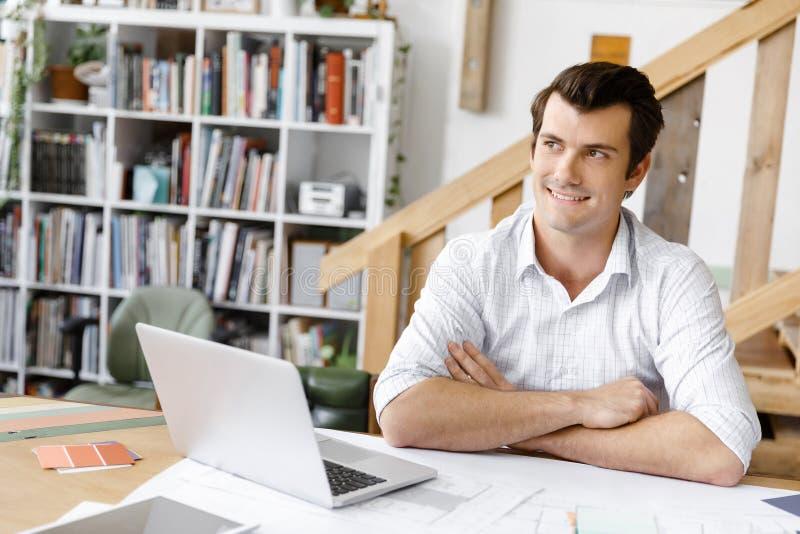 Manlig arkitekt i regeringsställning royaltyfri bild