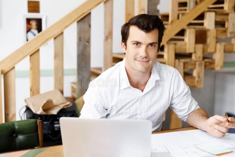 Manlig arkitekt i regeringsställning arkivbilder