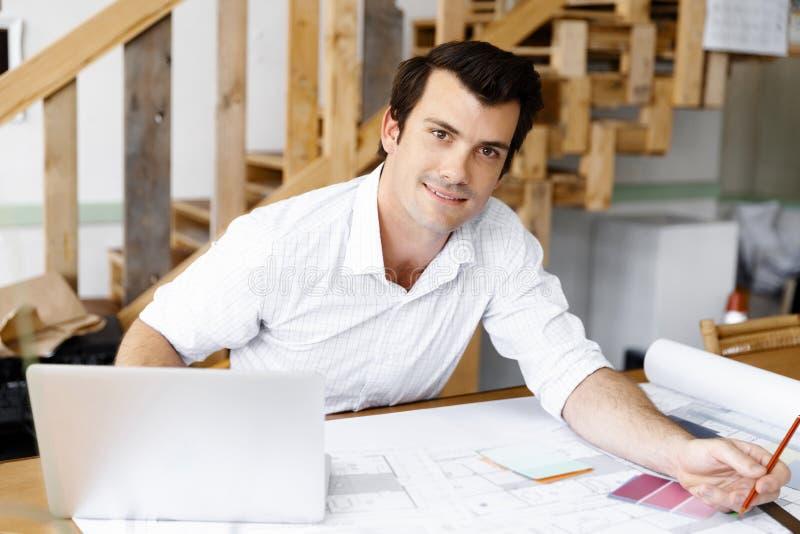 Manlig arkitekt i regeringsställning arkivbild
