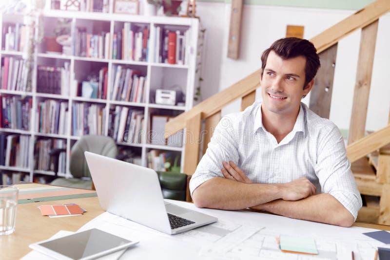 Manlig arkitekt i regeringsställning arkivfoton