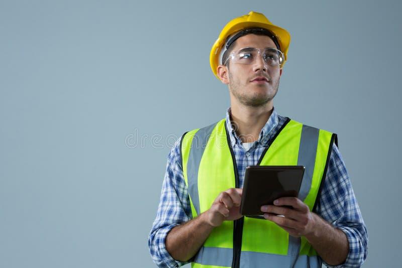 Manlig arkitekt Using Digital Tablet royaltyfri fotografi