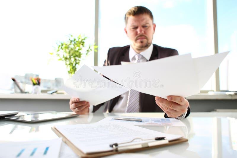 Manlig armhålllegitimationshandlingar på kontorsarbetsplatscloseupen royaltyfria bilder