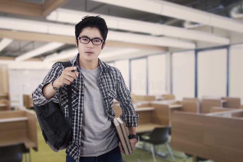 Manlig arrogant student royaltyfri foto