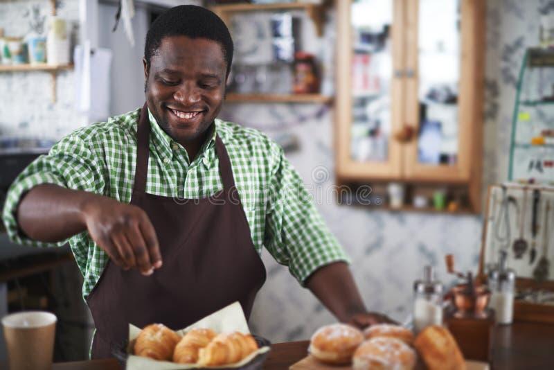 Manlig bagare fotografering för bildbyråer