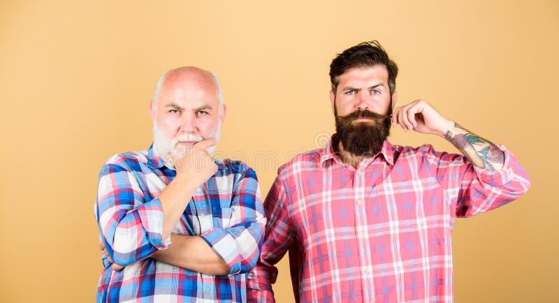 Manlig barberareomsorg Rutigt mode fader- och sonfamilj Generationsbunden konflikt pensionär för två skäggig män och moget fotografering för bildbyråer
