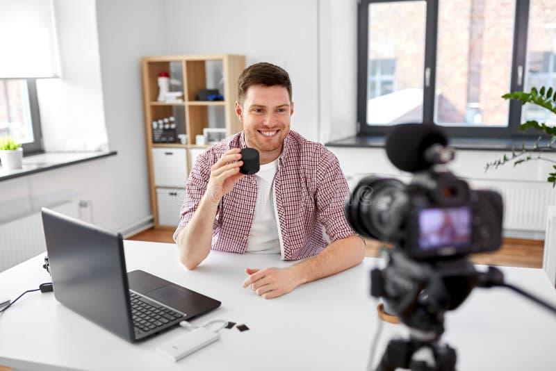 Manlig blogger med den smarta h?gtalaren som videoblogging fotografering för bildbyråer