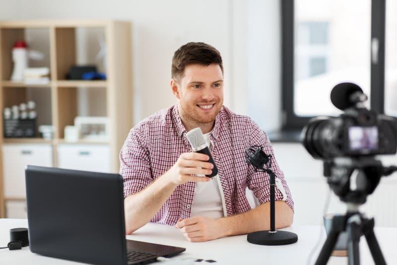 Manlig blogger med mikrofonen som videoblogging arkivfoton