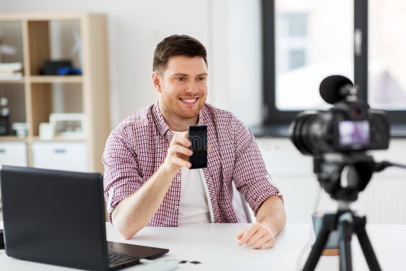 Manlig blogger med smartphonen som videoblogging arkivfoton