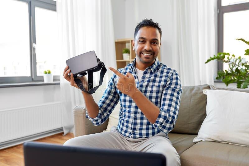 Manlig blogger med vrexponeringsglas som hemma videoblogging royaltyfria foton