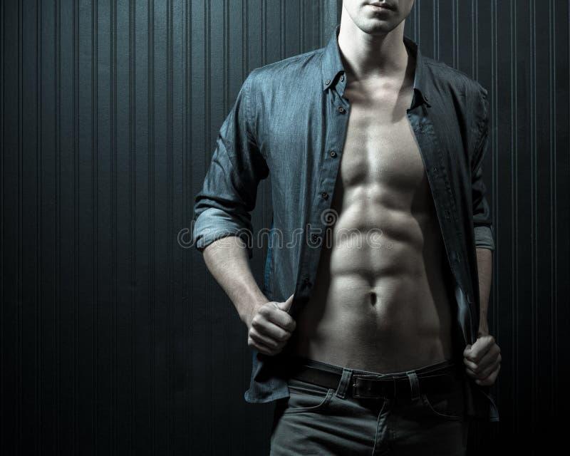 Manlig bröstkorg och Mitt--avsnitt arkivbild