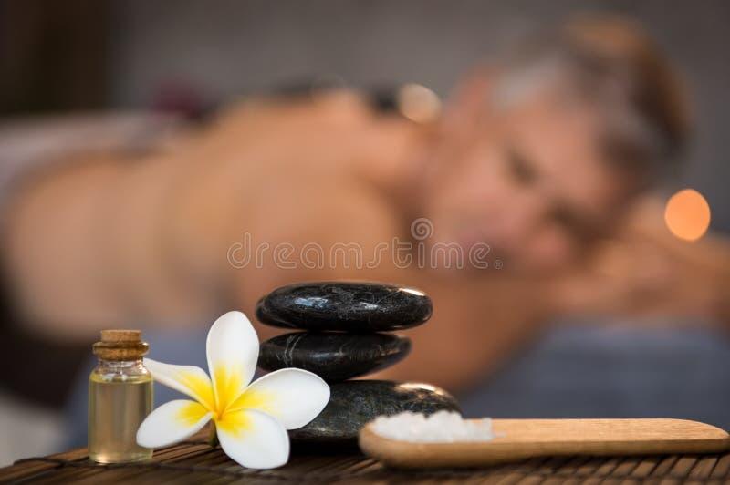 Manlig brunnsortinställning med svarta varma stenar royaltyfri bild