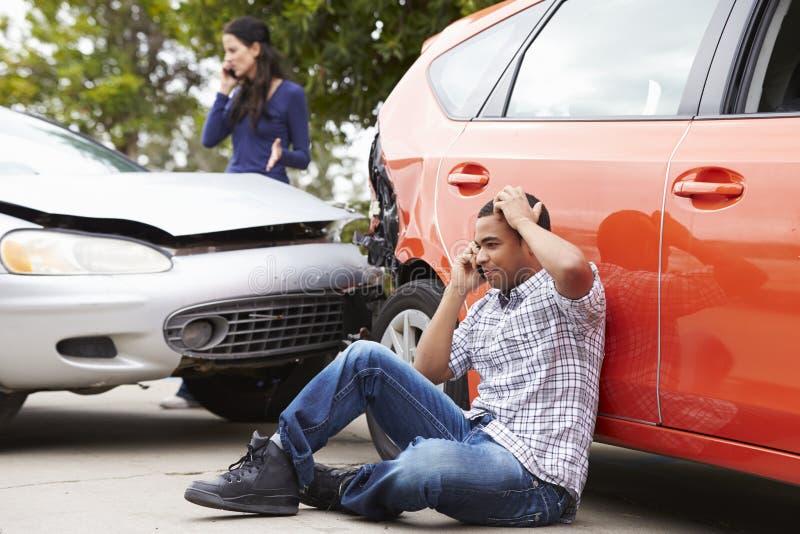 Manlig chaufför Making Phone Call efter trafikolycka royaltyfri bild