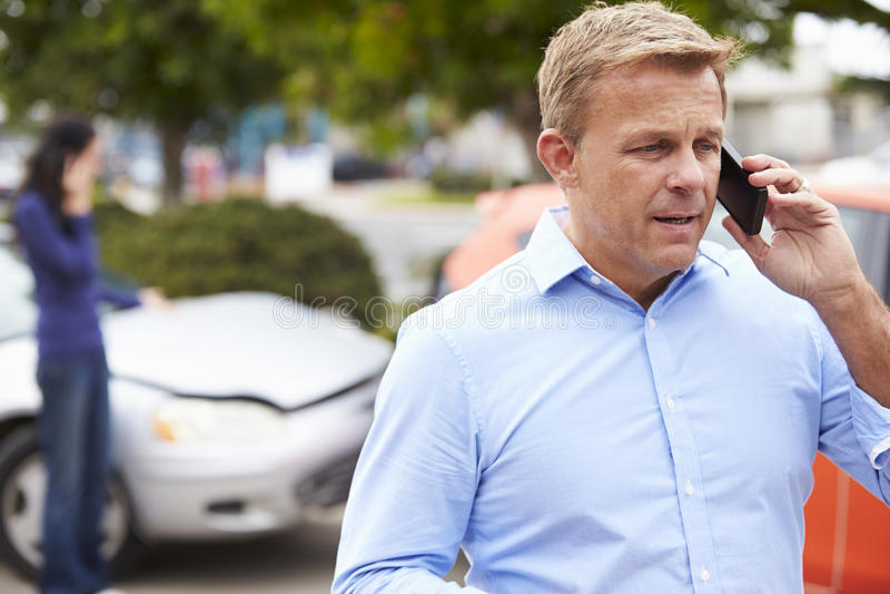 Manlig chaufför Making Phone Call efter trafikolycka royaltyfria foton