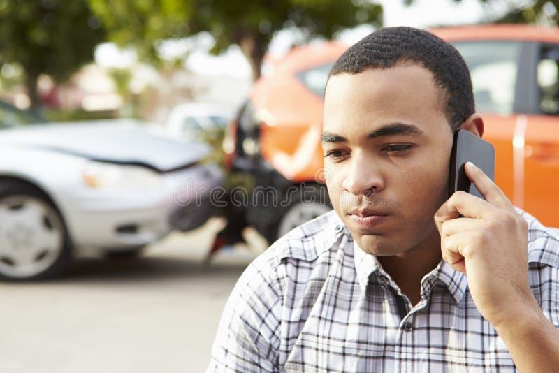 Manlig chaufför Making Phone Call efter trafikolycka royaltyfri foto